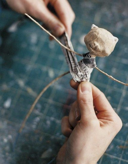 paper mache people - several good intermediary pictures of wire base/frame but almost no instruction, also site is in Spanish