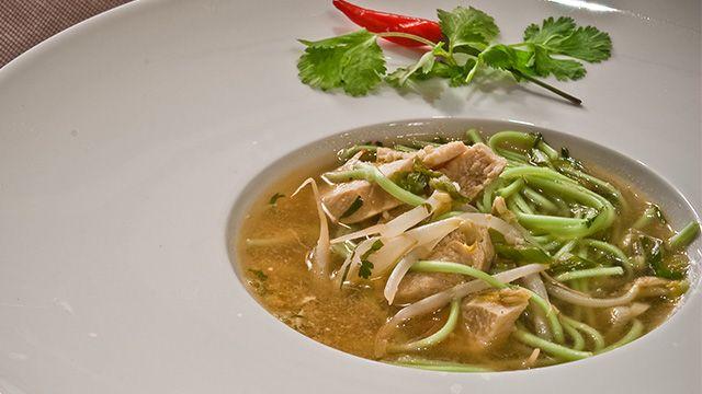 «Cette soupe qui mêle traditions de l'Orient et de l'Occident plaira aux amateurs d'épices. Elle fait en outre des merveilles contre les vilains rhumes grâce...