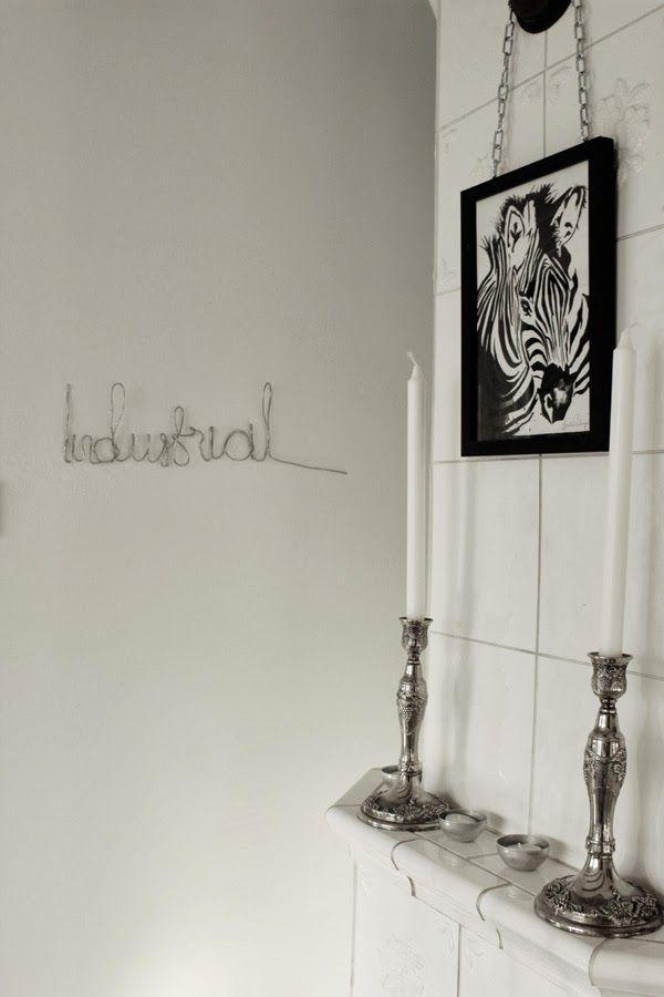 skriva med ståltråd, diy inredning, text på väggen, vit vägg, dekoration, tips, pyssel, artprint, zebra, svart och vitt, ljusstakar, silver, kakelugn, vitt, svart, svarta och vita, ram med upphängning, svart ram, inspiration tavlor, konsttryck, annelie, ram med kedja,