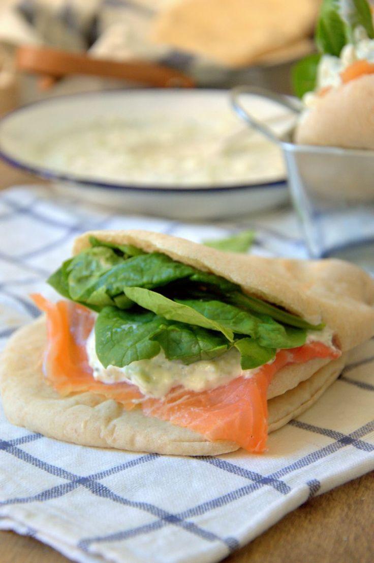 Pan de pita casero con salmón y salsa griega