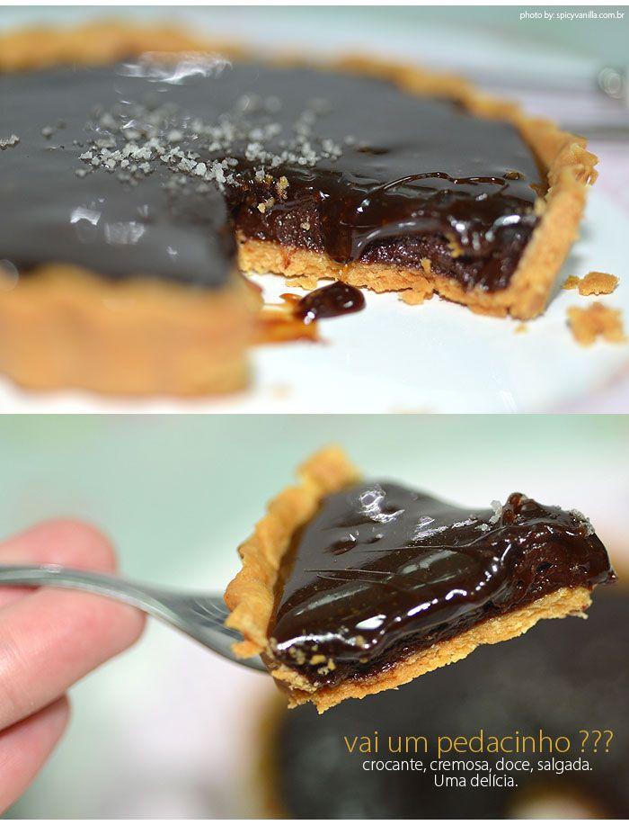 torta de chocolate com caramelo salgado Receita aqui: http://www.spicyvanilla.com.br/2014/04/cinthianacozinha-receita-de-tortinhas-de-chocolate-amargo-com-caramelo-salgado/