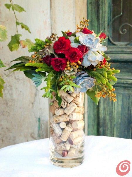 Una composizione floreali nei colori dell'autunno e del vino terrano autumn colors cork vase succulenta red flowers decoration
