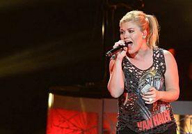 13-Mar-2015 8:42 - KELLY CLARKSON WORDT MENTOR IN AMERICAN IDOL. De cirkel is rond voor Kelly Clarkson. De winnares van de eerste editie van American Idol keert terug naar de talentenjacht voor een optreden en om de rol van kandidatencoach op zich te nemen. Dit is donderdagavond aangekondigd in de live-uitzending van de Amerikaanse talentenjacht op Fox.