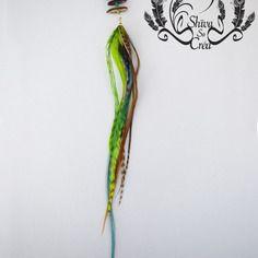 """Boucle unique style boho, """"sequoia"""", plumes naturelles et teintées par shiva so créa, cristal de swarovski, graines de flamboyant"""