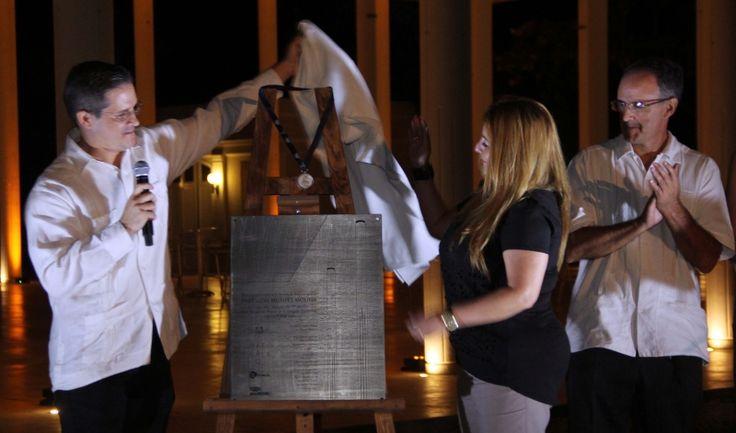 Agustín Illescas Molina develiza la placa conmemorativa de la medalla de la Bienal de Arquitectura para La Quinta Montes Molina, con ayuda de Ana Polanco Rodríguez y en presencia de Alejandro Illescas Molina - See more at: http://yucatan.com.mx/imagen/arquitectura/premian-su-calidad-2#sthash.zmNqfAOX.dpuf