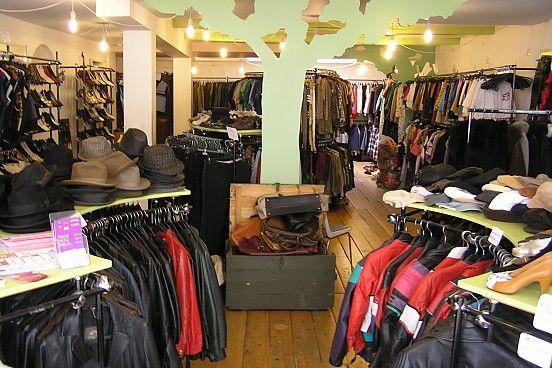 Recessie is een kledingwinkel in Groningen die gespecialiseerd is in gedragen kleding uit de jaren '60, '70 en '80. Ook voor galakleding en kleding voor thema-feesten kun je bij ons terecht. Wij hebben een grote keus en lage prijzen en zijn al meer dan 10 jaar een begrip in Groningen. Onze winkel in de Groninger binnenstad is gemakkelijk bereikbaar. Kijk in't Jatstraat 54, Groningen