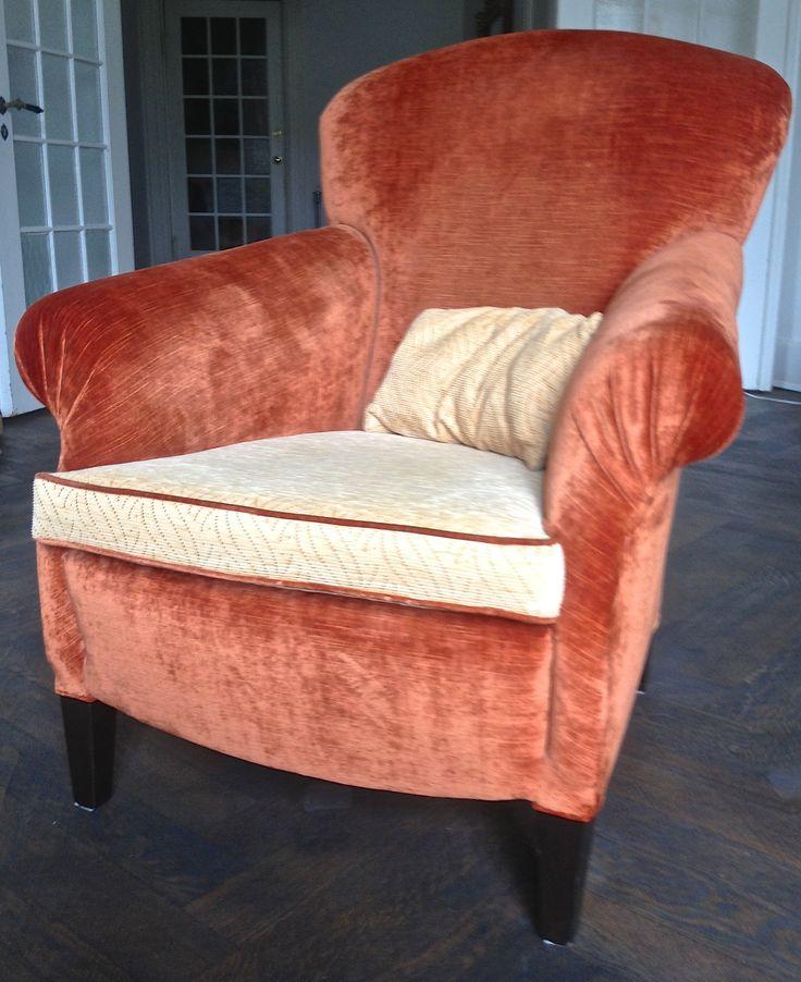 Ein Antik-Velours gibt den Sessel ein besonderes Aussehen.