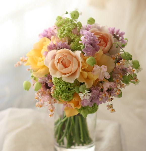 ラベンダー、淡い紫をアクセントにというブーケ。リバーシブルです。こういう、役にたちそうでたたなそうな無駄な細工が結構好きです。花屋さんによってリボンが前な...