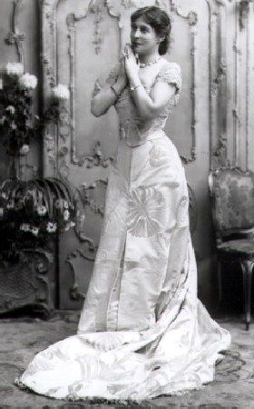 Lillie Langtry 1899 in a Worth gown
