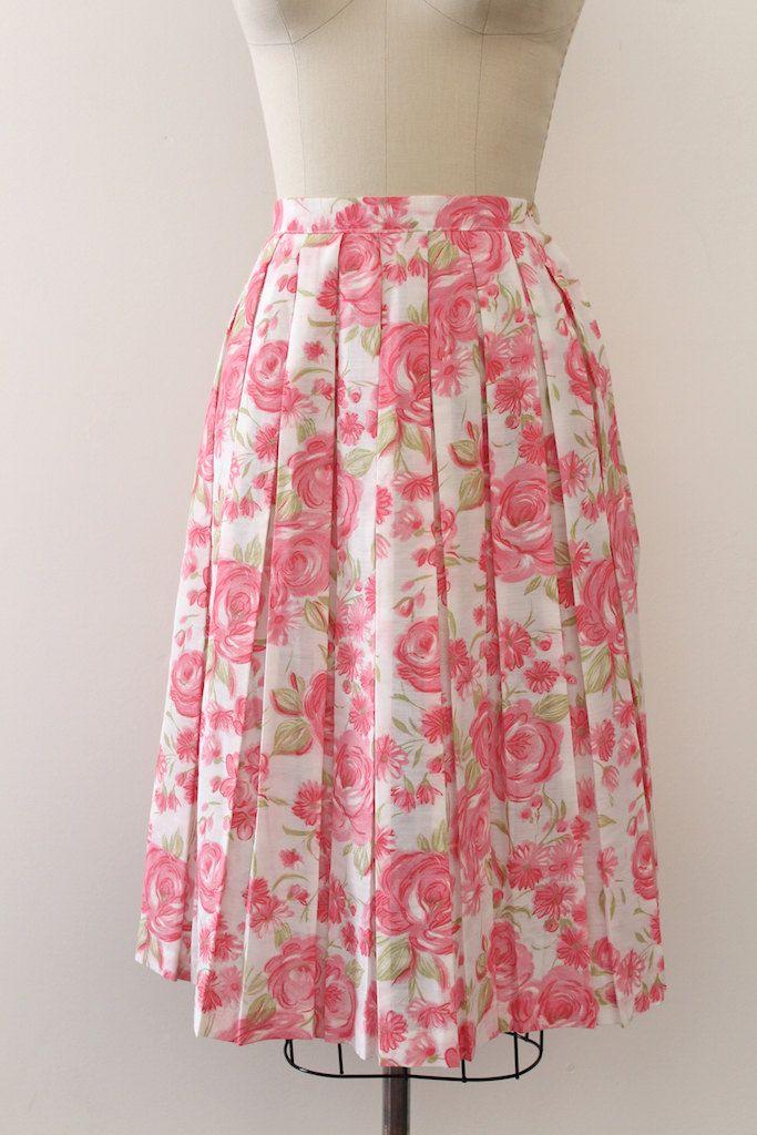 Mooie kleine roze rozen bloemen rok uit de jaren 1960. Beschikt over een ingerichte taille en een geplooide rok.  Label: geen Sluiting: metalen