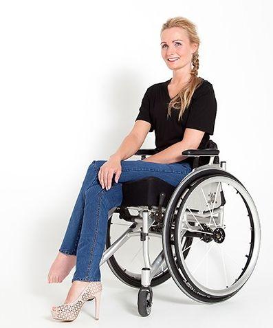 Dit T-shirt van A Body Issue is speciaal ontworpen voor dames in een rolstoel. De top valt voor tot de schoot en aan de achterkant net boven de zitting van je rolstoel.