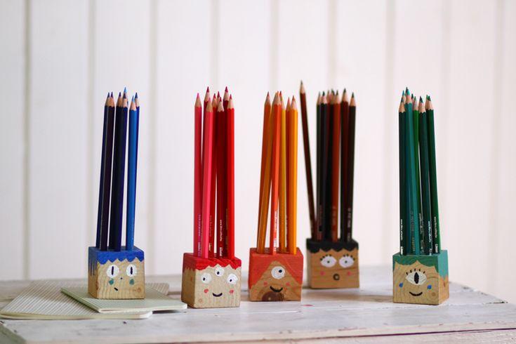 Für die Schule habe ich in den Ferien reichlich hergestellt, eine Klasse füllt sich nämlich nicht von alleine mit all den netten Kleinigkeiten ;). Diese Buntstiftgesichter waren eine meiner liebsten Beschäftigungen und sehen auch noch wirklich lieb aus. Ihr braucht: 5 Holzwürfel (meine sind 5x5x5, geht aber auch größer) einenweiterlesen …