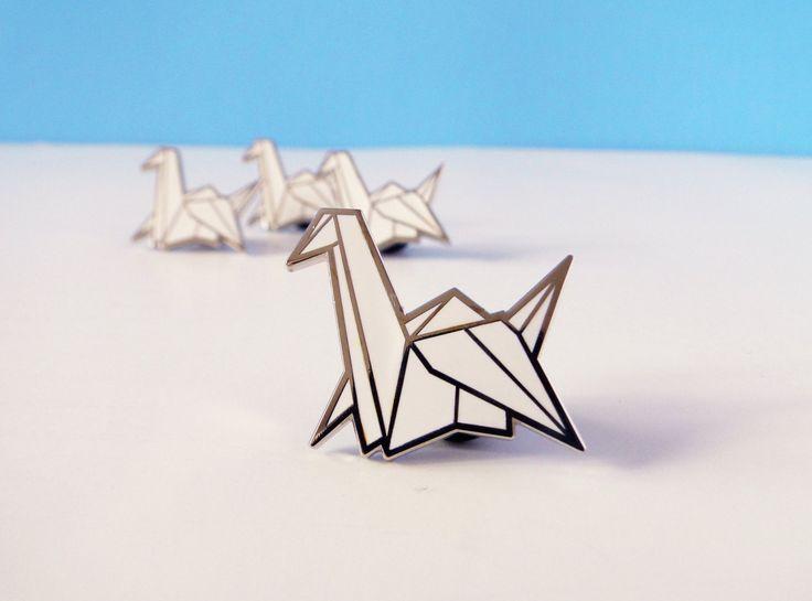 origami papier kraan emaille pins door redribbonshoppe op Etsy https://www.etsy.com/nl/listing/457656782/origami-papier-kraan-emaille-pins