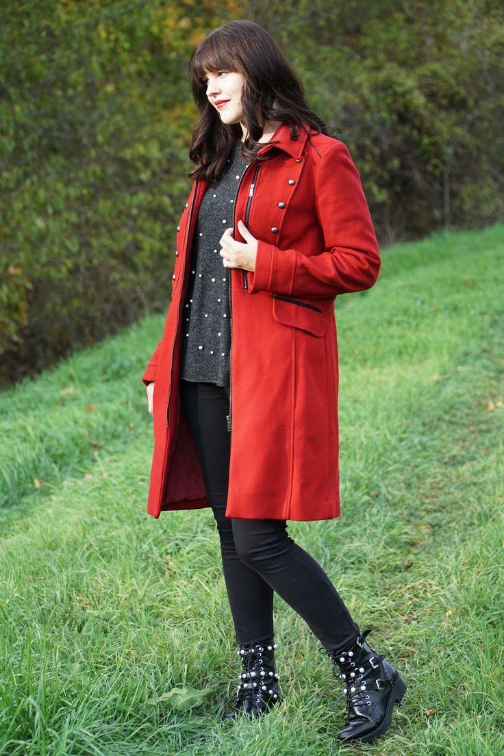 Outfitinspiration für den Herbst: roter Mantel im Military Style (Promod), Boots (Zara), Perlen