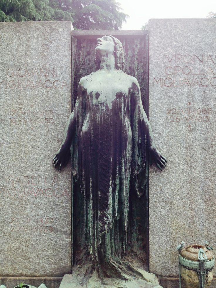 Una figura femminile in bronzo si erge sopra il monumento per la famiglia Migliavacca