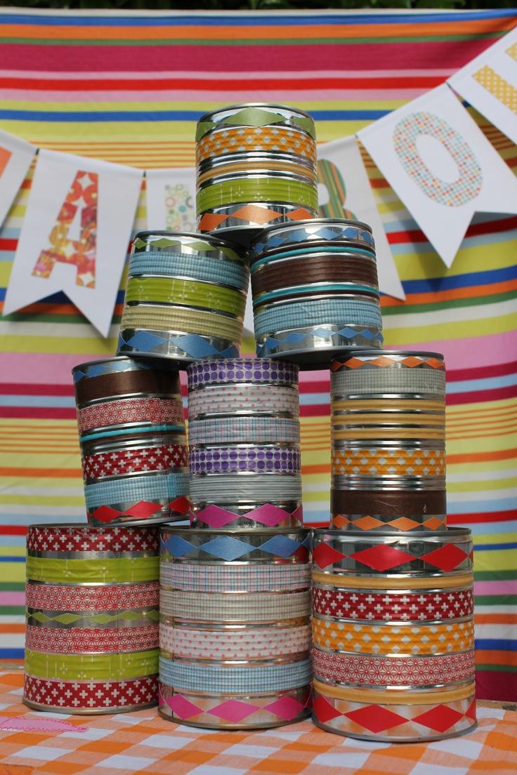 Chamboule-tout en boîtes de conserve et masking-tape