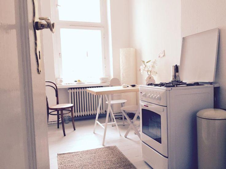 Schöne Berliner Altbauküche mit Charme Weiße Möbel, Herd mit