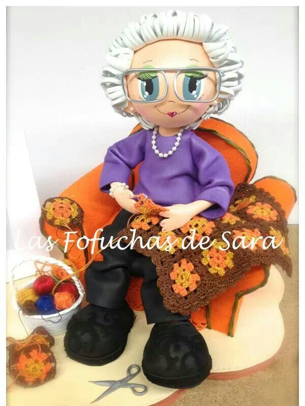 Fofucha abuela, sentada en el sillón tejiendo.