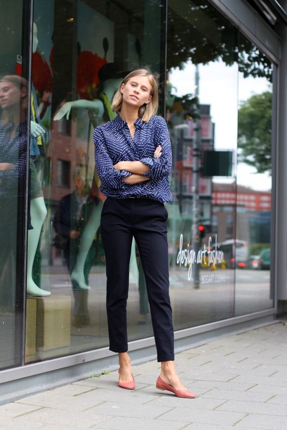 a blue printed shirt, black cropped pants and pink flats for a comfy and stylish…