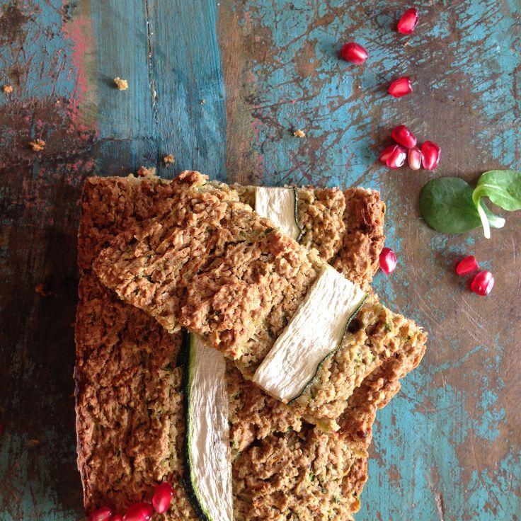 In het weekend hebben we vaak tijd om te bakken. Dit veggie brood kun je alvast maken, zodat je een heerlijk en gezond brood hebt om mee te nemen naar school of werk. Gebruik de groenten die je nog hebt liggen om dit brood een hartige smaak te geven. Wij gebruikten courgette en winterpeen.