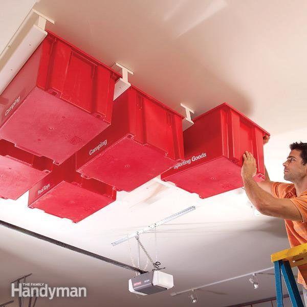 Rangement fait maison : un rail de plafond  Bon, ce DIY nécessite d'être un bon bricoleur, mais il est tellement futé que l'on n'a pas résisté à le mettre dans notre sélection ! Il s'agit de construire des rails de plafond (à l'aide de trois planches), pour venir ensuite y coincer des bacs en plastique. Hyper pratique pour les rangements du garage ! Ne vous laissez pas décourager, le tutoriel explique chaque étape pas à pas !  Plus d'infos sur ce DIY et étapes : The Family Handyman