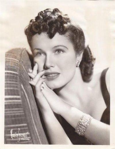 June Travis, de son vrai nom June Dorothea Grabiner, naquit le 7 août 1914 à Chicago, dans l'Illinois, aux États-Unis. Son père fut le vice-président de Chicago White Sox Harry Grabiner. Elle étudia au Lycé de Chicago, puis à l'Université de Chicago. Elle débuta sa carrière d'actrice en 1935 dans huit films; «Stranded», «Don't bet on blondes», «Broadway gondolier», «Bright lights», «The case of the Lucky legs», «Shipmates forever», «Dr. Socrates» et «Broadway Hostess.