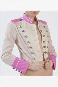 Giacca da donna modello militare con bottoni vintage. Spalline e fondo maniche sono rosa. Un modello di estrema tendenza che non può mancare nel vostro guardaroba. MADE IN ITALY