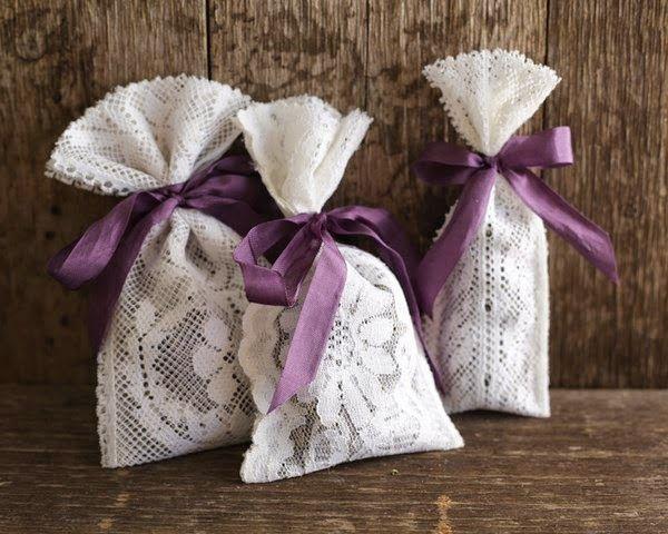 Sono troppo carini questi sacchetti.  Per i confetti, per la lavanda, per un piccolo regalo.  Per un segnaposto, come bomboniera, come profu...
