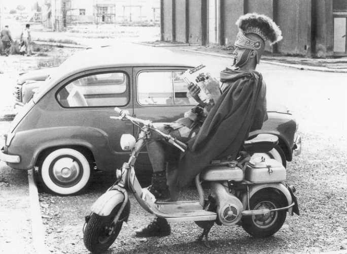 """#Cinecittà, 1959. """"Antico romano"""" in Lambretta --- #Roma #cinema"""