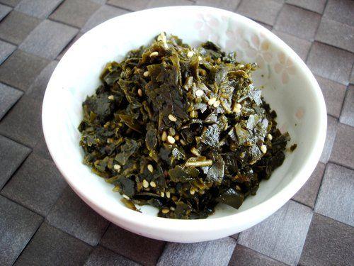 【nanapi】烏龍茶を飲んだあとの出がらし、そのまま捨ててしまうのはもったいないですよね。今回はそんな烏龍茶の出がらしを佃煮にしてみました。独特の苦味が癖になる、佃煮の作り方をご紹介いたします。烏龍茶の出がらし:60g醤油:大さじ1と1/2杯砂糖:大さじ1と1/2杯みりん:大さじ1と1/2杯白ごま:小さじ1/2茶葉の茎の硬さが...