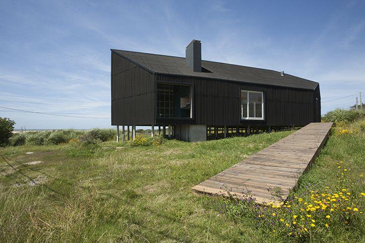 Casa frente al mar manantiales uruguay diego for Casa minimalista uy