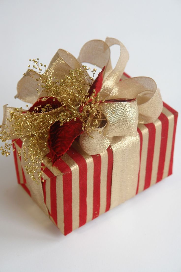 Red and gold carolyne roehm gift wrapping ideas for Wrapping present ideas for christmas