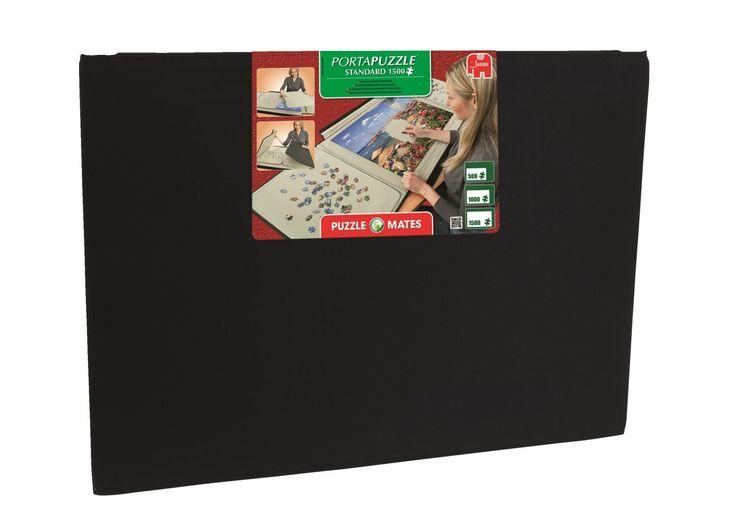 Je puzzel maken in deze portapuzzle standaard is erg handig. De puzzel blijft goed op zijn plaats liggen en is daarna eenvoudig op te bergen, zodat je je puzzel niet op de tafel hoeft te laten liggen. De portapuzzle standaard is geschikt voor puzzels van 1500 stukjes.   Afmeting: volgt later.. - Portapuzzle: standaard 1500 stukjes