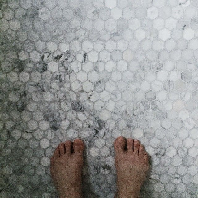 Vad jag beundrar detta golv. Ännu en detalj som blev så himla BRA! #marmor #carrarra #hexagon #badrum