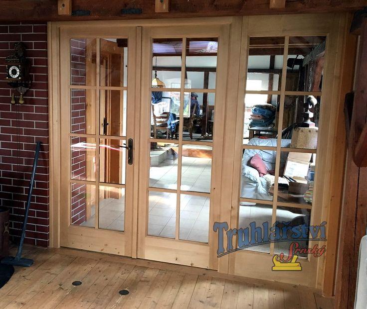 Interierová prosklená dveřní stěna, smrkové dřevo, mořeno, nástšik transparentní lak.