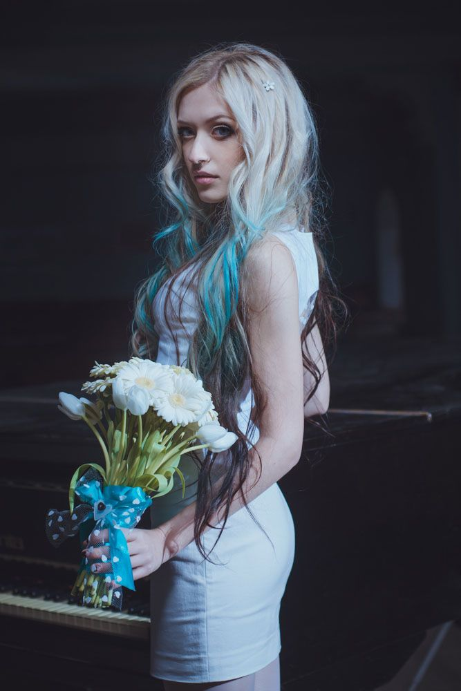 Novia con el cabello rubio y las mechas negras y azules
