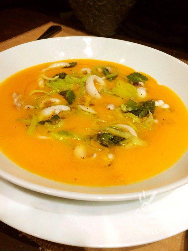 La Crema di zucca porri e calamaretti è un piatto raffinato e leggero, ideale da servire anche nelle grandi occasioni, decorata con foglioline di menta.