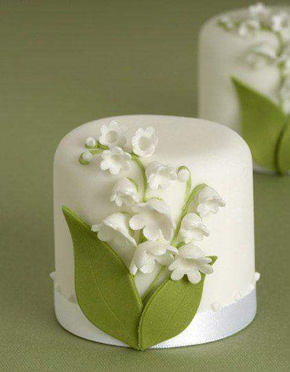white flower mini cake