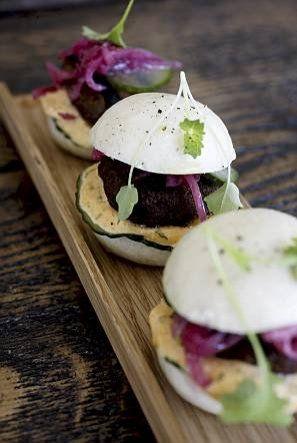 Miniburgerit saavat sisäänsä karitsanjauhelihapihvit ja pikkelöityjä vihanneksia.
