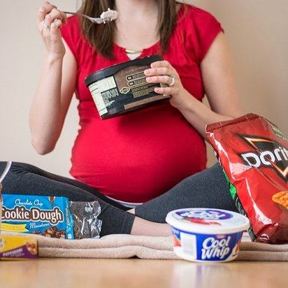Show off your cravings! | 38 Insanely Adorable Ideas For Your Maternity Photoshoot