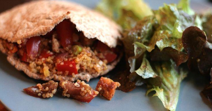 Dieses Gericht lässt sich ganz schnell und super easy zubereiten. Es kann auch Quinoa vom Vortag verwendet werden, wenn es Reste gegeben hat. Das Rezept lässt sich natürlich auch mit Bulgur, Couscous oder verschiedenen Reissorten zubereiten. Auch bei der Füllung kann kreativ variiert und kombiniert werden. Dazu passt sehr gut ein knackiger grüner Salat. Wenn nicht ganz so Hungrige am Tisch sitzen, dann reicht es auch für 4 Personen.