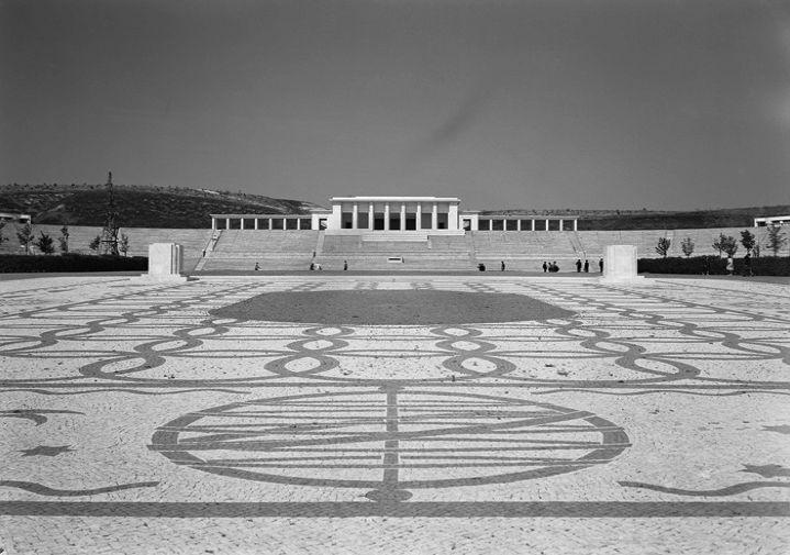 O Estádio de Honra do Centro Desportivo Nacional do Jamor constitui um estádio multiusos.