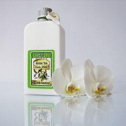 Zdobione mleczko do ciała Zielona Herbata 250 ml Lavea Herb Garden Therapy oczyszcza skórę i usuwa makijaż. Szybko się wchłania, sprawia, że skóra jest nawilżona i gładka. To aromatyczne mleczko w formie gęstej śmietanki z ekstraktem z zielonej herbaty (Green Tea) sprawi, że skóra będzie niezwykle odświeżona, a umysł i ciało nabiorą równowagi i pozytywnej energii.