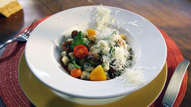 Nhoque de ricotta e espinafre com molho de tomate e tomate
