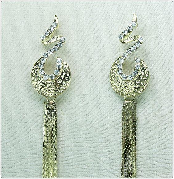 Confeccionado:    Peças metalizadas texturizadas douradas em arabescos,  34 strass legítimos transparentes, franjas texturizadas douradas. R$ 24,90