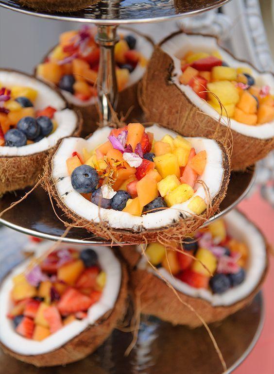 Huele a coco… mmm ¿puedes sentirlo o todavía no estás tumbado en la playa poniéndote morenito? Coco es sinónimo de frescura, verano, playa, exotismo, sabor… Y además de todo eso, es una de las frutas más bonitas que existen. No sabemos si será por sus pelillos, por su blanco cegador a pleno día de solLeer Más