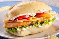 Sanduíche de filé de frango com queijo, salada e maionese