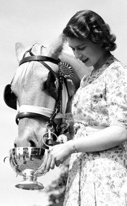 vanity fair queen elizabeth | Rainha Elizabeth II posa com seus cachorros na capa da Vanity Fair | E ...