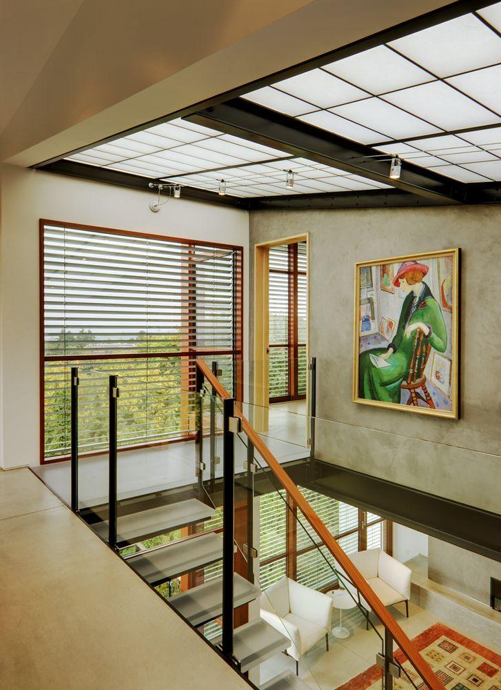 Para não aumentar a carga térmica no interior da casa, venezianas previnem a entrada excessiva da radiação solar, sem perder a vista de Seattle. (Fonte: Archdaily).