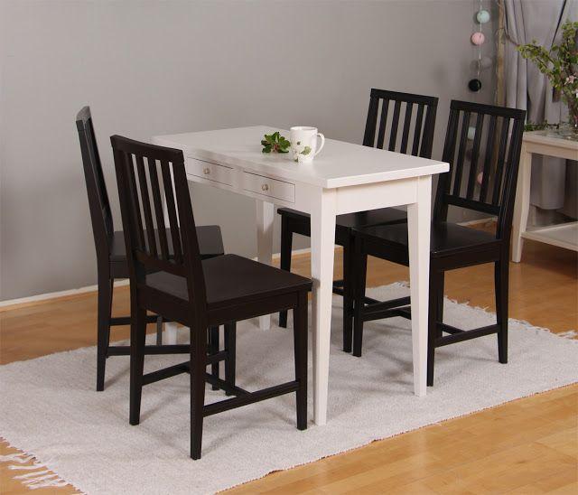 Pieni valkoinen kirjoituspöytä käy vaikka ruokapöydäksi pieneen keittiöön.